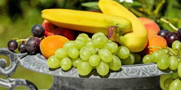 Schale mit verschiedenen Früchten