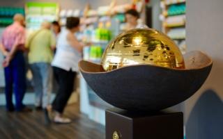 Brunnen mit goldener Kugel im Verkaufsraum