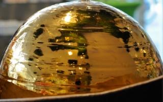 goldene Kugel des Brunnens als Nahaufnahme