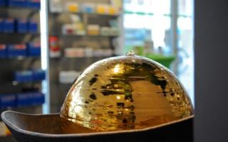Brunnen mit goldener Kugel im Gegenlicht