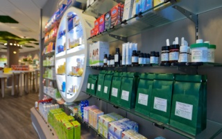Produkte der Bahnhofsapotheke in unserem Regal
