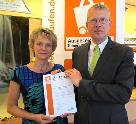 Überreichung des Zertifikats Ausgezeichnet Generationenfreundlich an Frau Gärtner